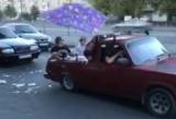 В Днепре парни устроили бассейн в авто и так рассекали по городу